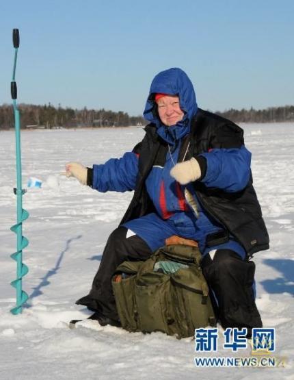 芬兰首都赫尔辛基近日办冰上钓鱼比赛