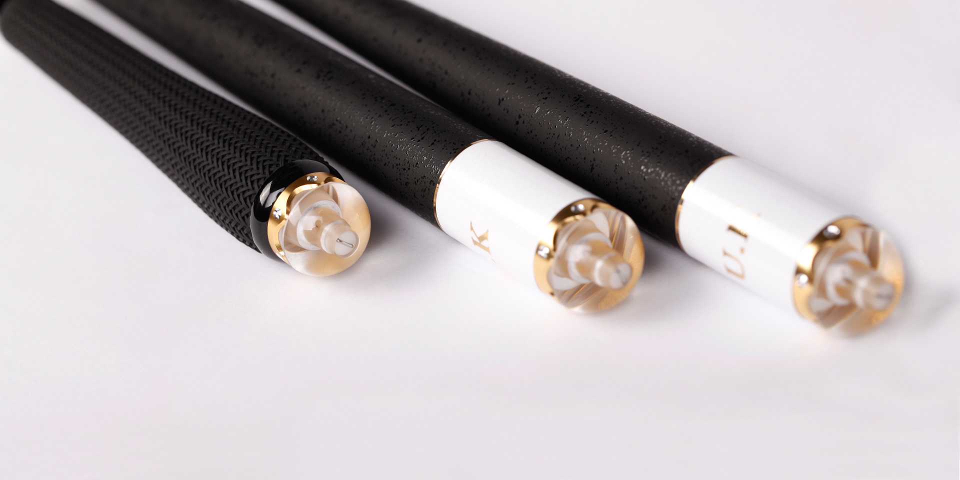 2.7m,3.0m配黑色橡胶防滑式葫芦型手把,简洁大方,手感优秀<br />3.6m,3.9m,4.5m配黑色特制起凸防滑式手把,握感扎实易于控竿施钓