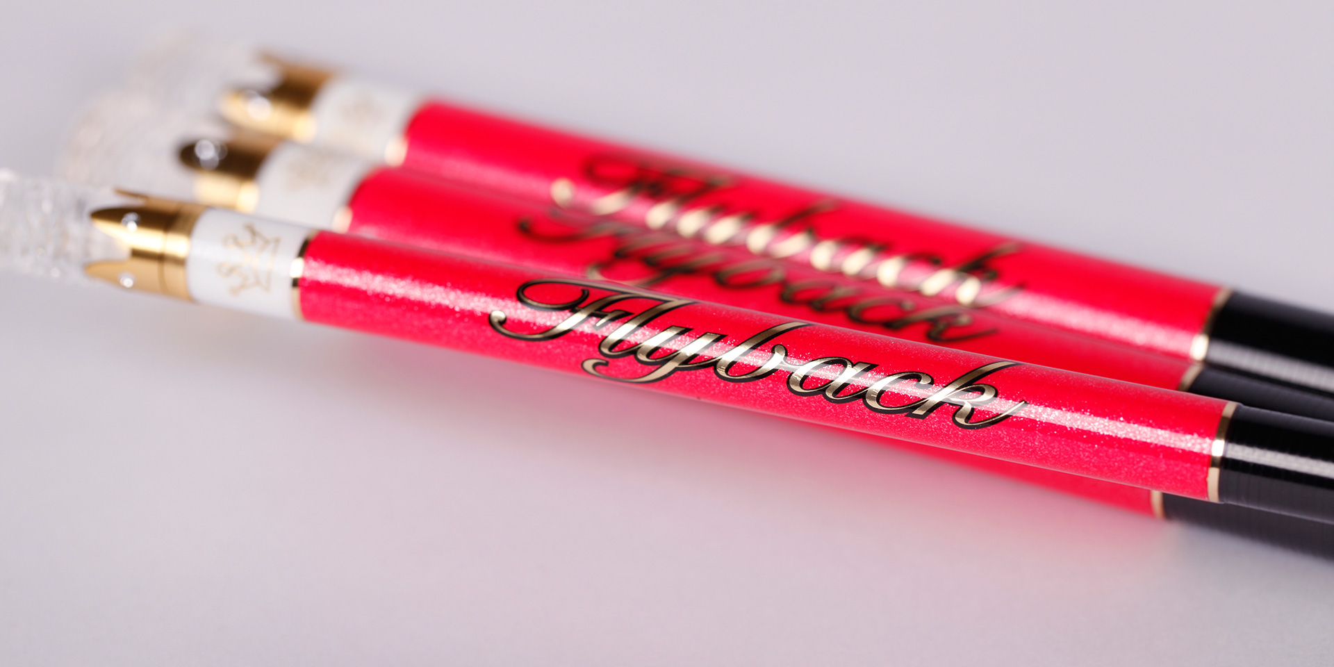 涂装主调为玫赤色彩粉闪金设计,绚丽耀眼