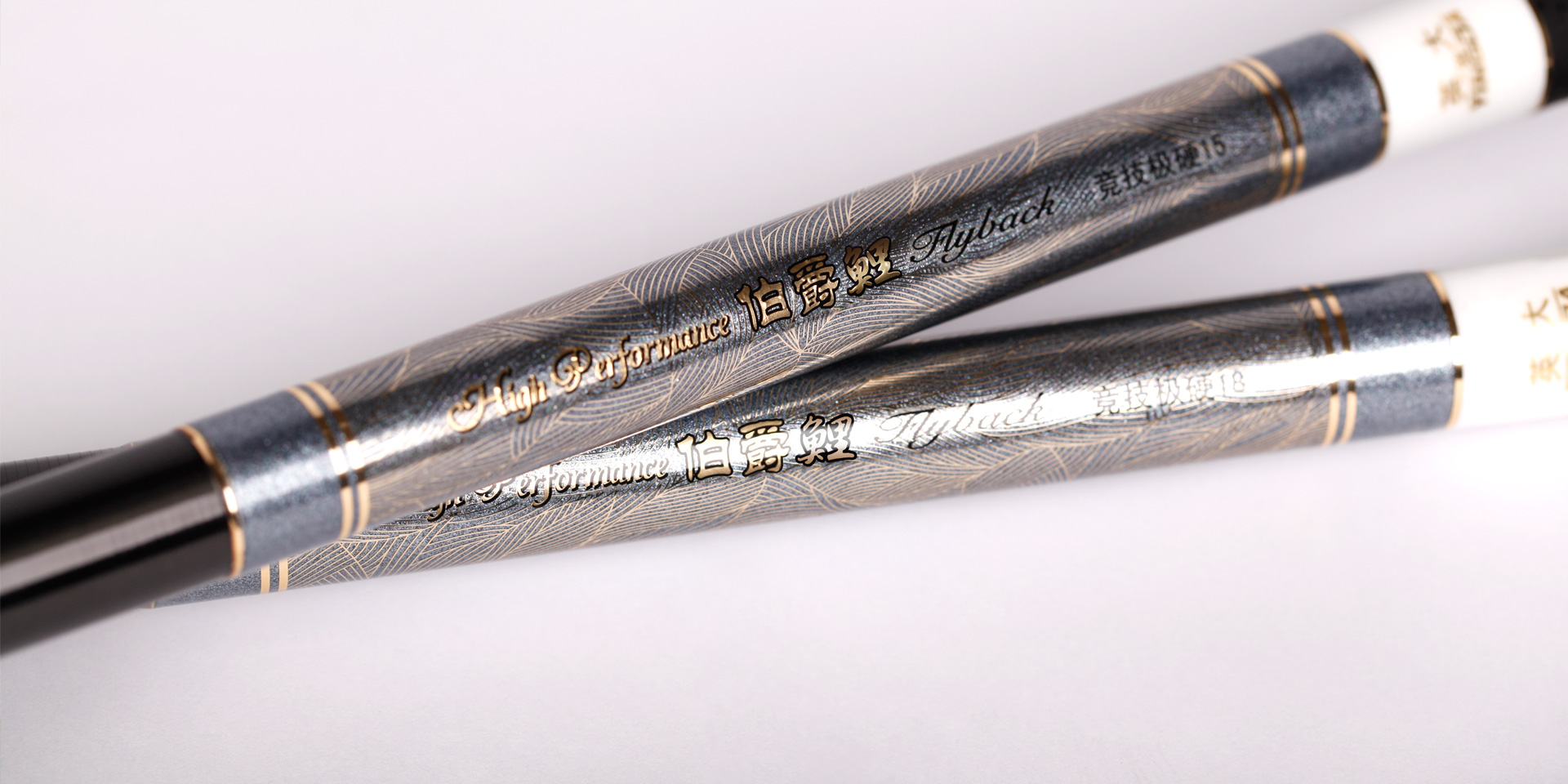 涂装设计为银灰色彩粉闪金搭配炫酷黑色,低调沉稳,段涂处金色线丝纹理镶嵌,彰显复古优雅的同时又醒目出彩