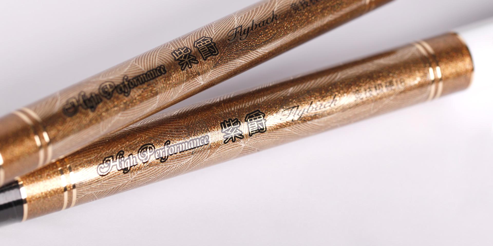 涂装以钻石彩粉金色为元素搭配主调经典黑色,为其增添魅力的同时,更是将它精致的质感展现无疑。段涂处24K金色线丝镶嵌规则纹理设计的融入,更加彰显之华丽高雅