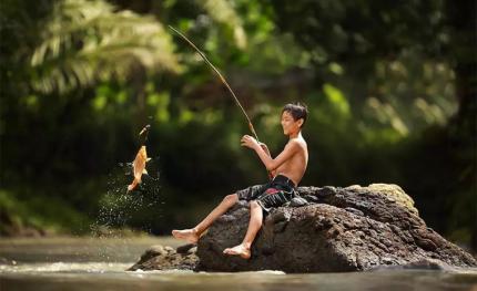 钓鱼要从娃娃抓起 节日快乐啊 大龄儿童们!